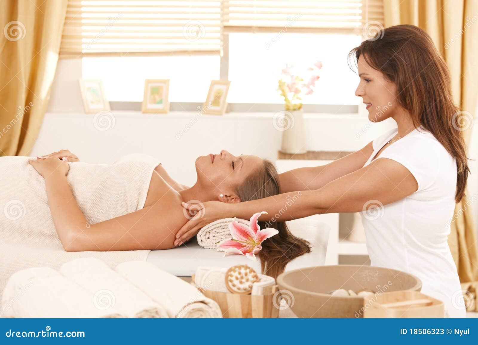 Dzień dostaje masażu zdroju kobiety potomstwa