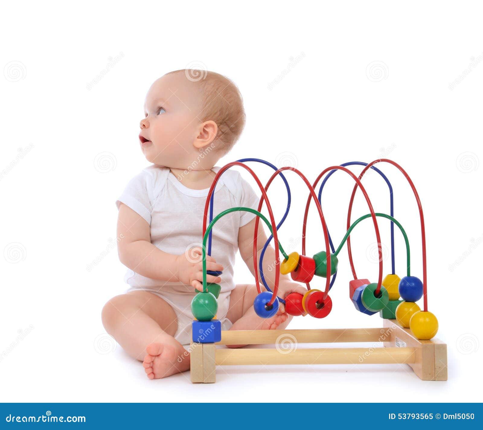 Dziecięcy dziecka dziecka berbeć stoi drewnianego educationa i bawić się