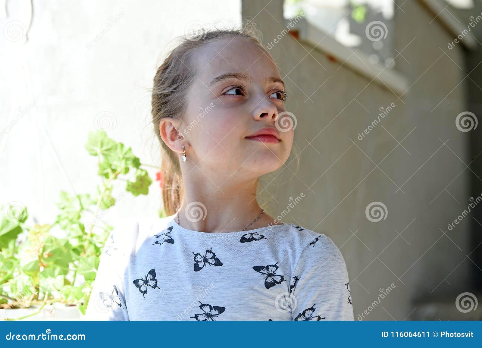 Dzieciństwo i świeżość Mała dziewczynka z młodą skórą na wiośnie lub letnim dniu Dziecko z śliczną twarzą plenerową Piękno dzieci