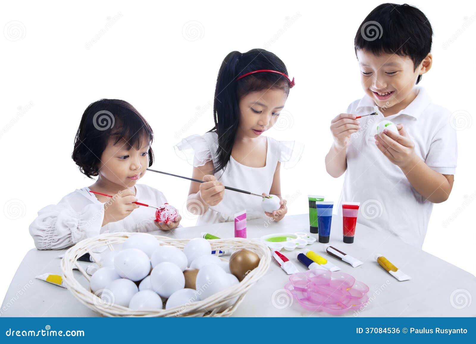 Download Dzieci Barwi Wielkanocnych Jajka Zdjęcie Stock - Obraz złożonej z odosobniony, chłopiec: 37084536