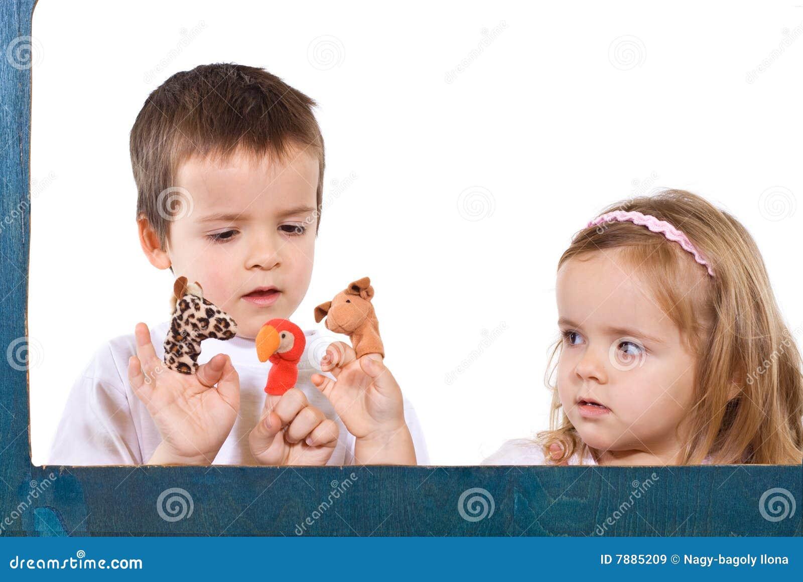 Dzieci bawić się kukły