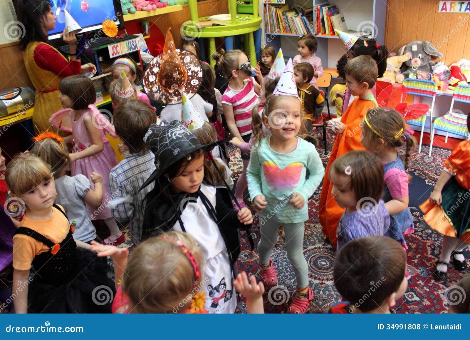 Dzieci bawić się na Halloween