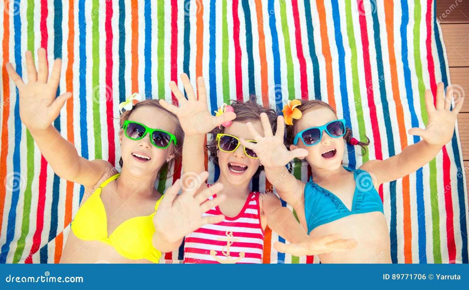 Dzieci bawić się outdoors w lecie