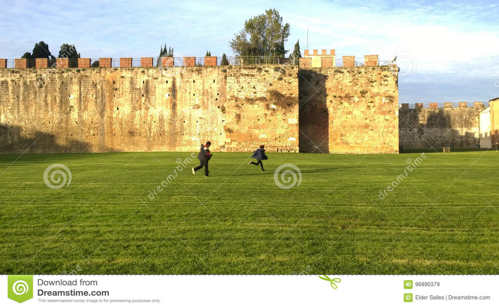 Dzieci bawić się plenerowy w Pisa, Włochy