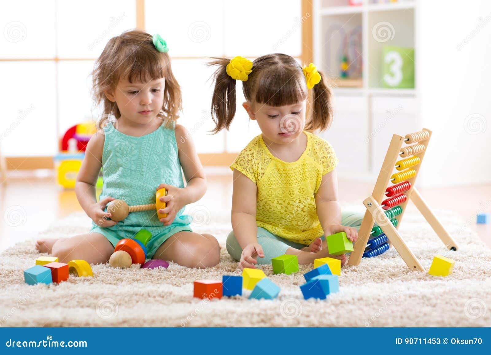 Dzieci bawić się wraz z elementami Edukacyjne zabawki dla preschool i dziecina dzieciaków Małej dziewczynki budowy zabawki przy h