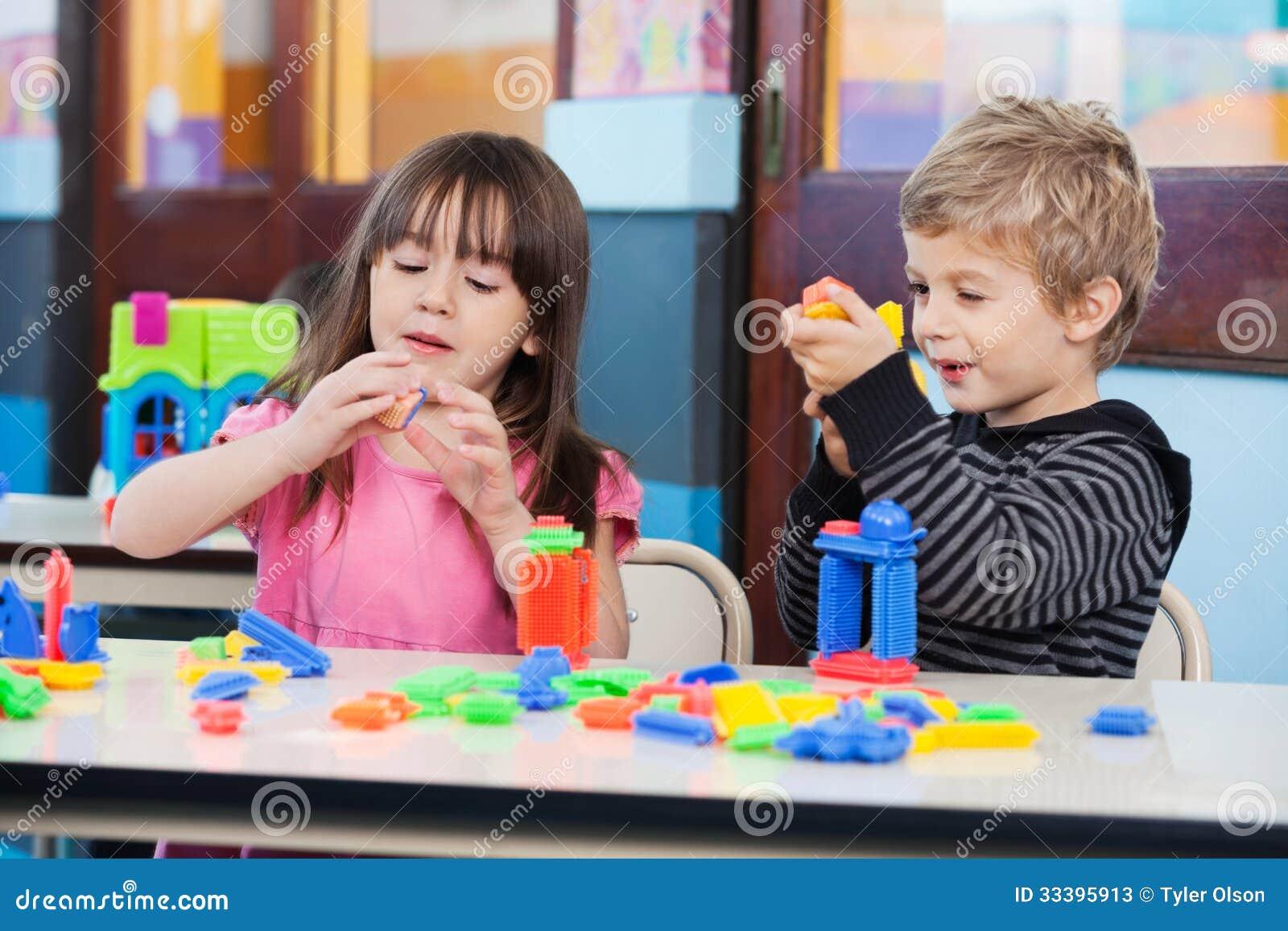 Dzieci Bawić się Z blokami W sala lekcyjnej