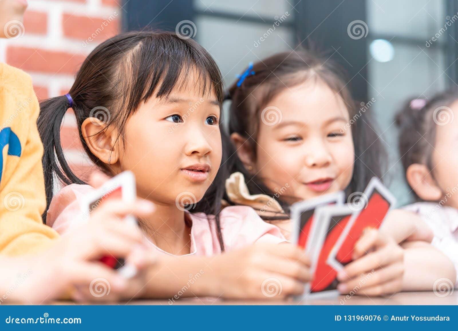 Dzieci bawić się z liczenie kartą w klasowym pokoju