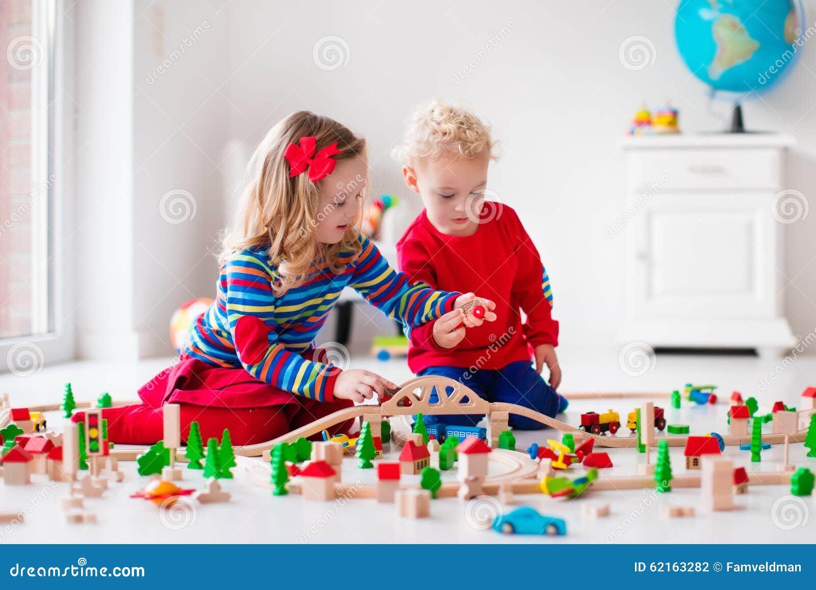 Dzieci bawić się z zabawkarską linią kolejową i pociągiem