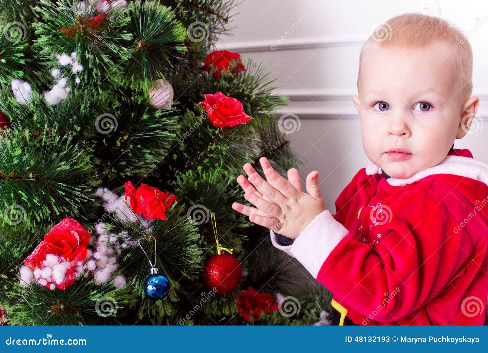 Dzieci boże narodzenia zbliżać drzewa