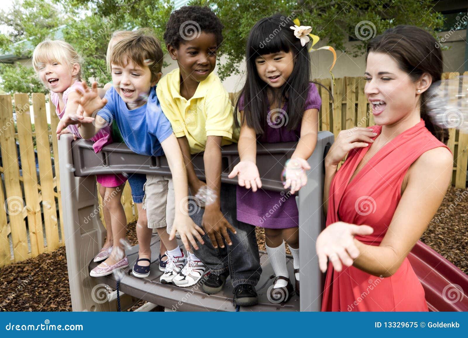 Dzieci boiska preschool nauczyciel