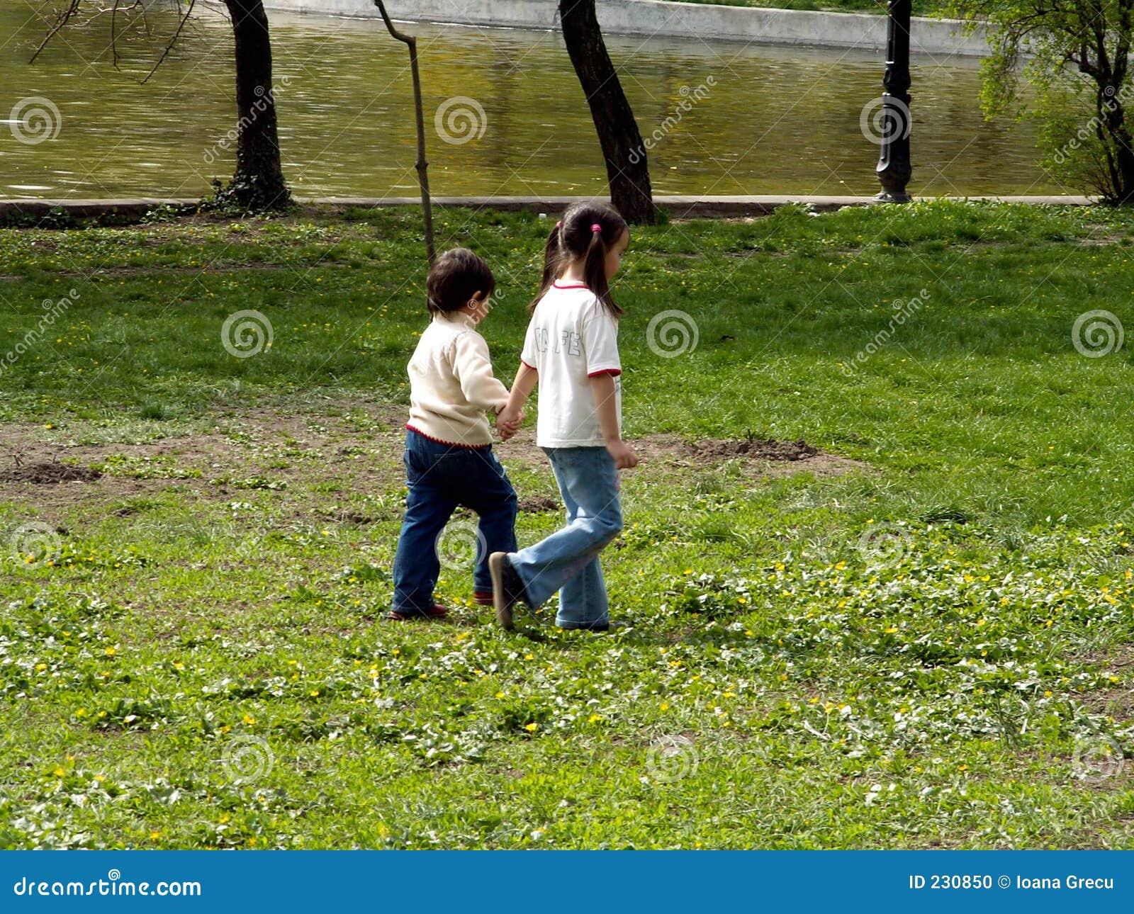 Dzieci chodzących parkują