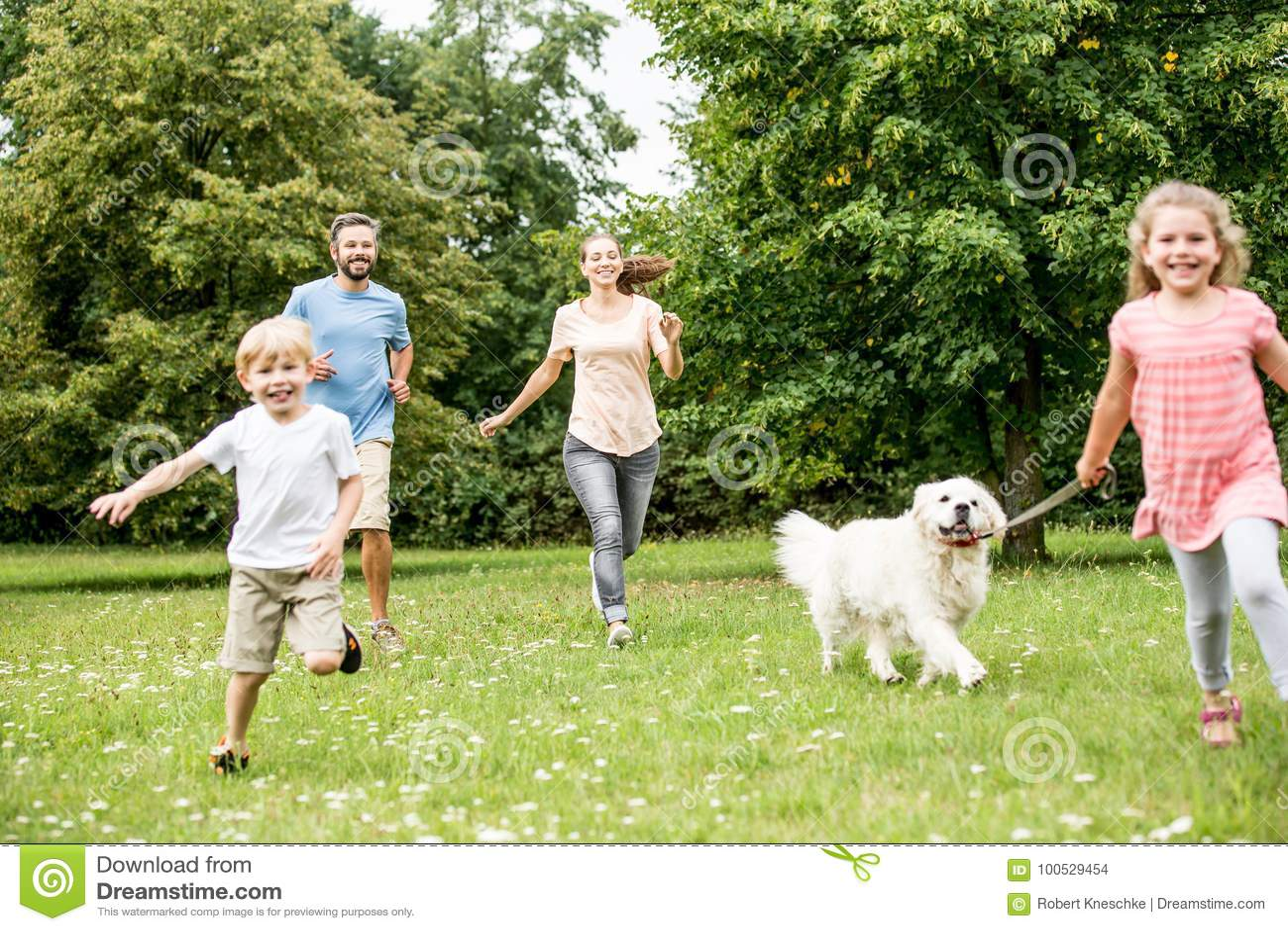 Dzieci chodzi psa