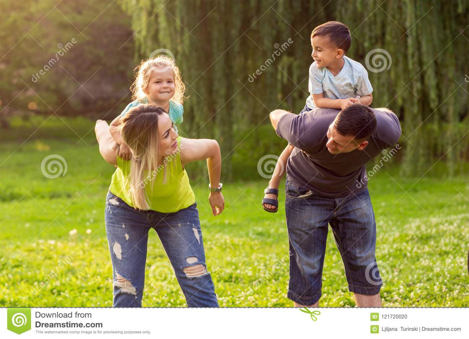 Dzieci dają rodziców piggyback przejażdżkę