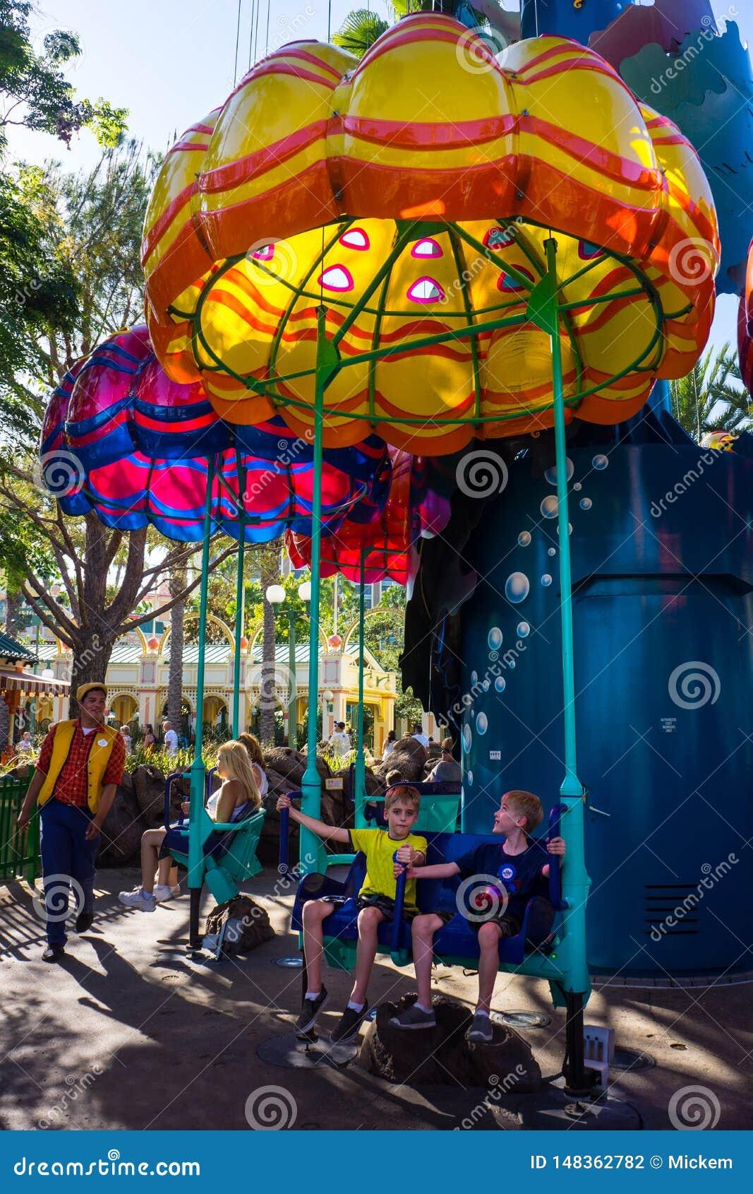 Dzieci gotowi jechać parka rozrywkiego Jumpin «Jellyfish