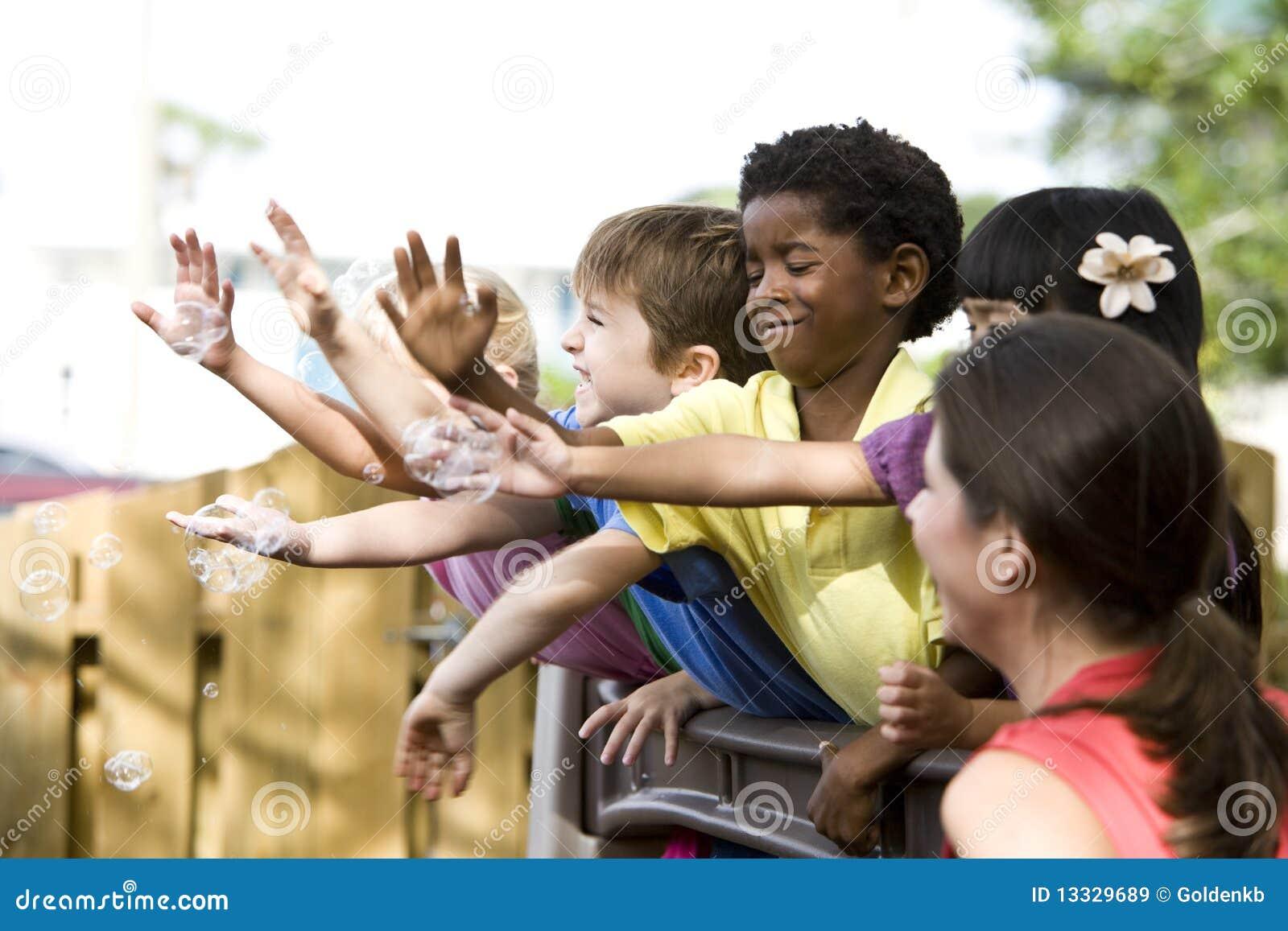 Dzieci grupują bawić się preschool potomstwa