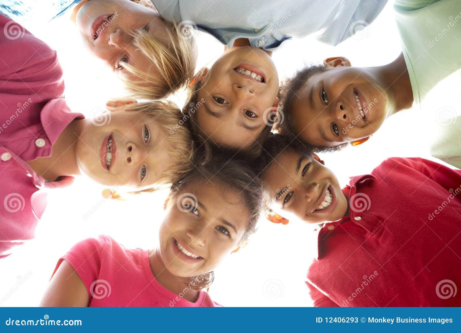 Dzieci grupy parkowy bawić się