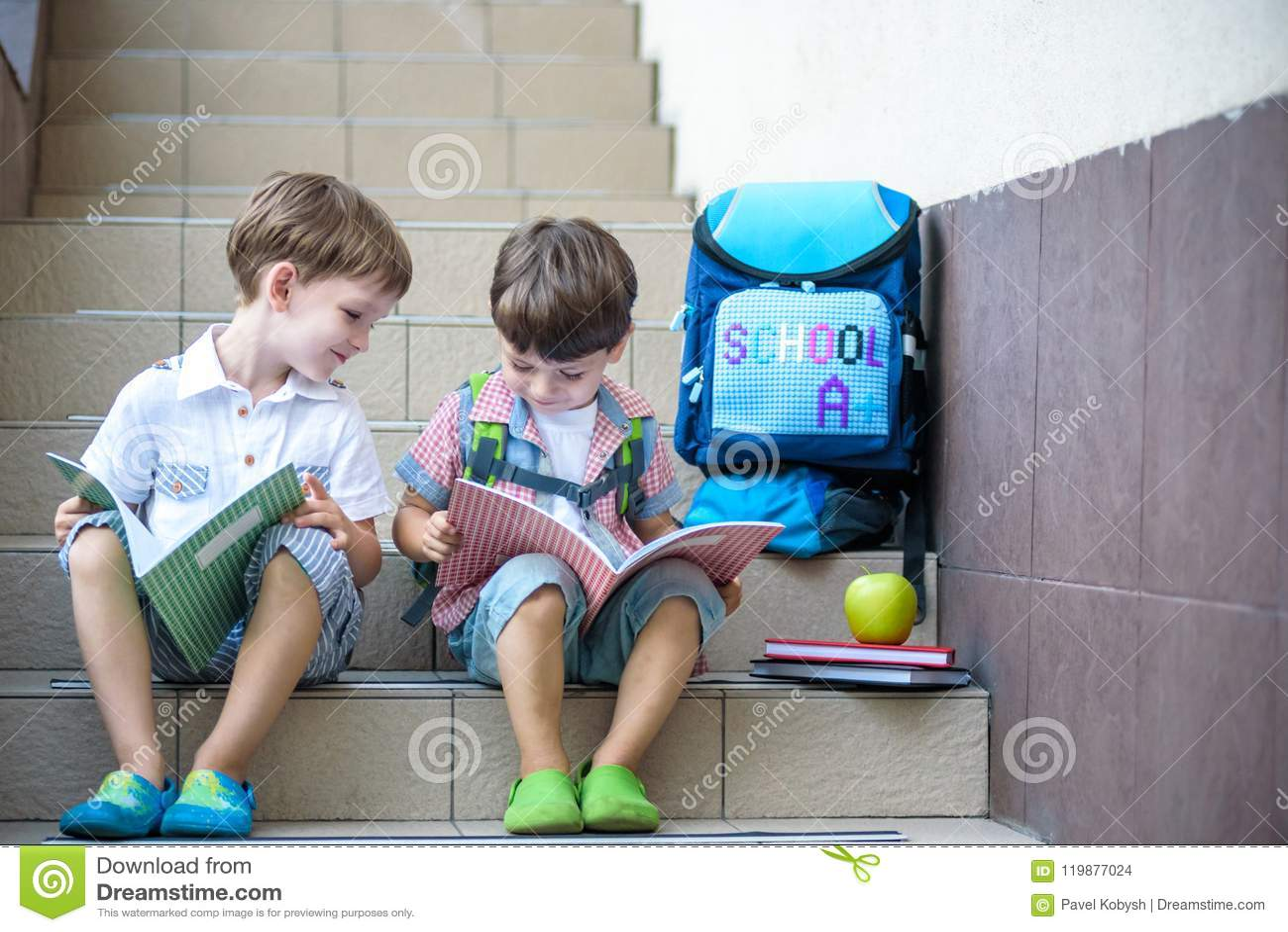 Dzieci iść z powrotem szkoła Początek nowy rok szkolny po wakacje Dwa chłopiec przyjaciela z plecakiem i książkami na pierwszy sc