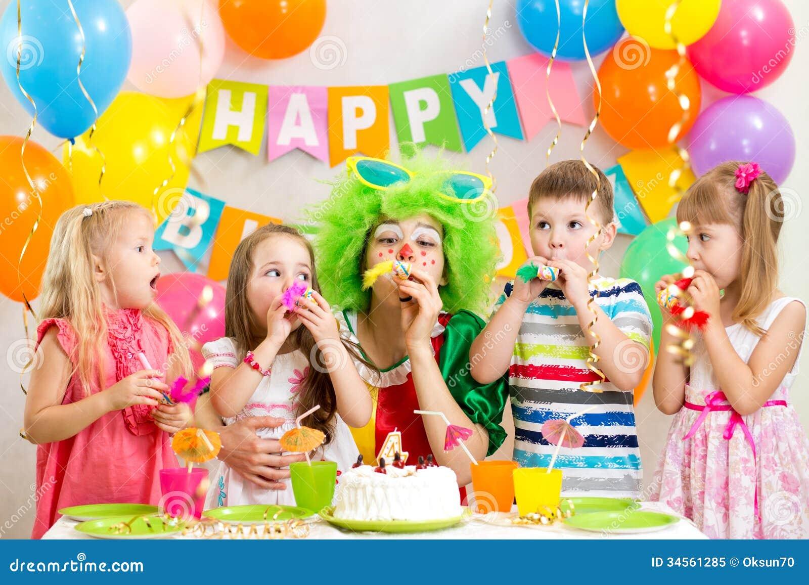 Dzieci i błazen przy przyjęciem urodzinowym