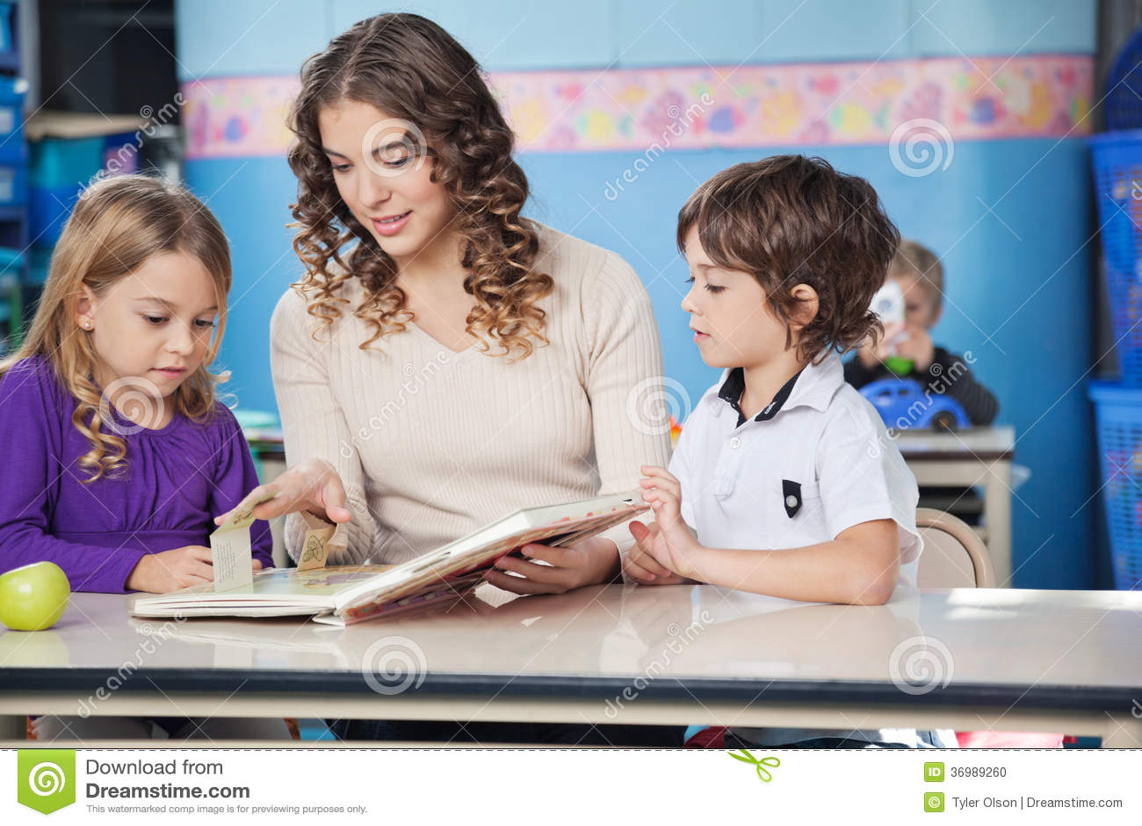 Dzieci I nauczyciela Czytelnicza książka W Preschool