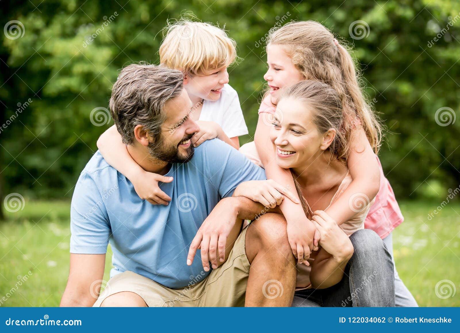 Dzieci i rodzice jako szczęśliwa rodzina