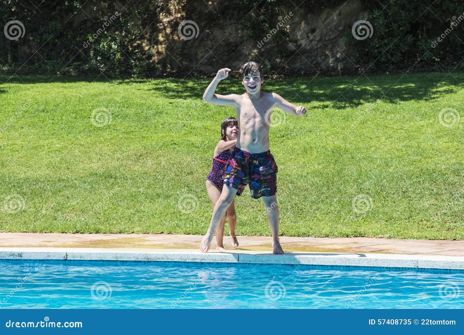Dzieci kąpać się w basenie