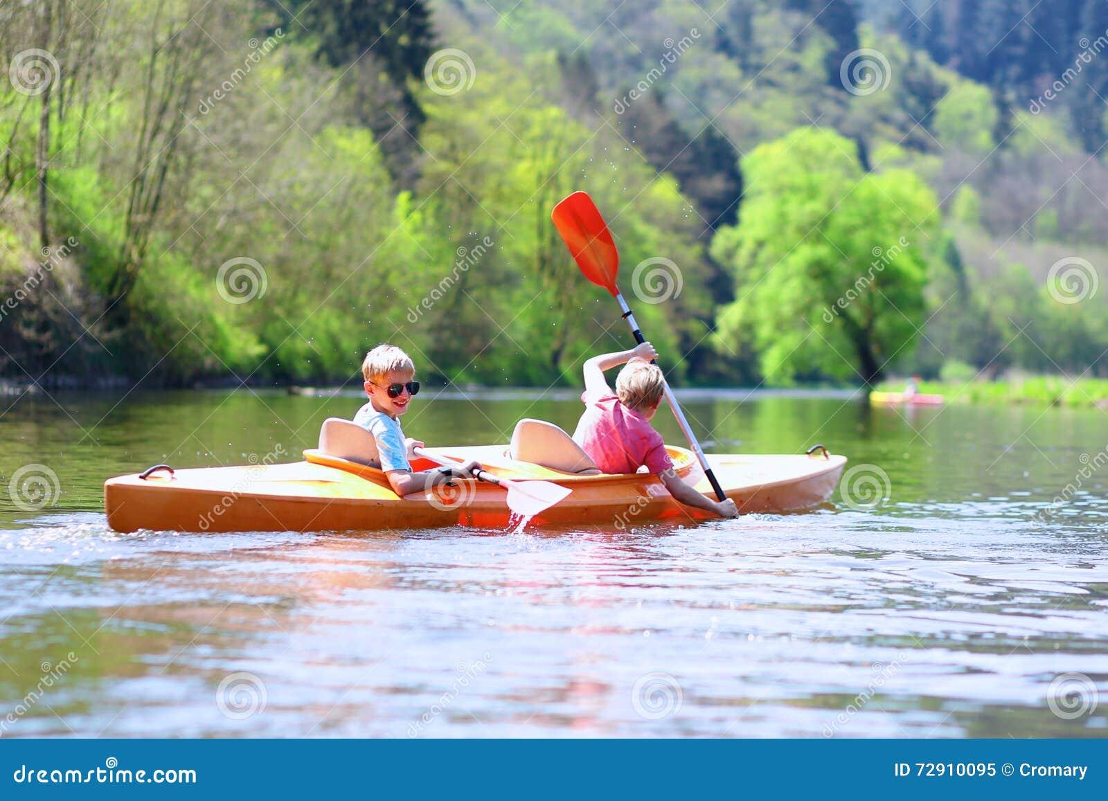 Dzieci kayaking na rzece