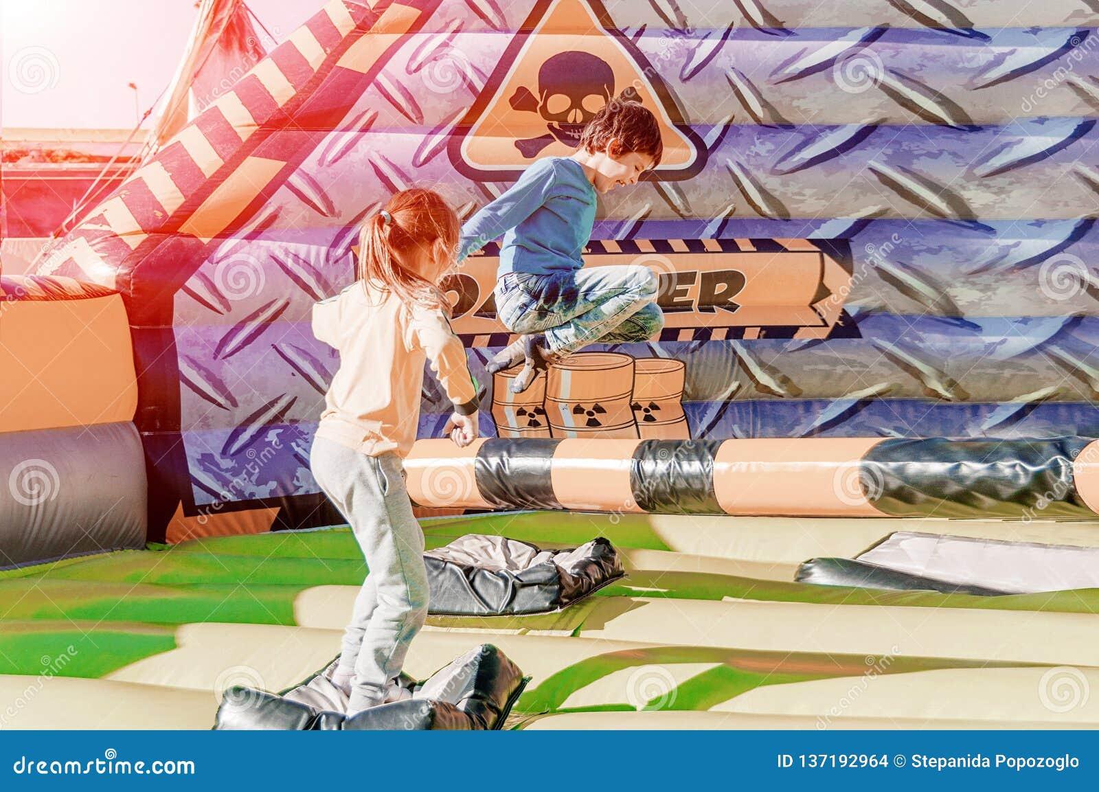 Dzieci ma zabawę przy parkiem rozrywki Przejażdżka na czółnie szczęśliwy dzieciństwa pojęcie