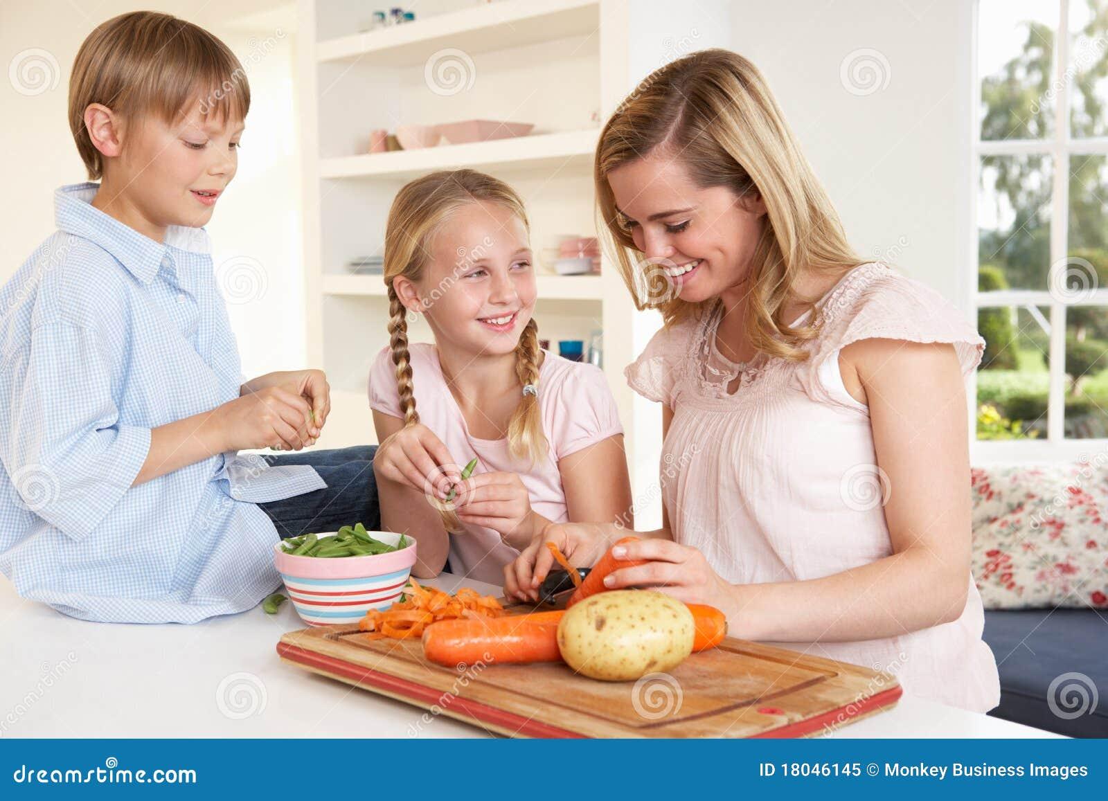 Dzieci matkują młodych obierań warzywa
