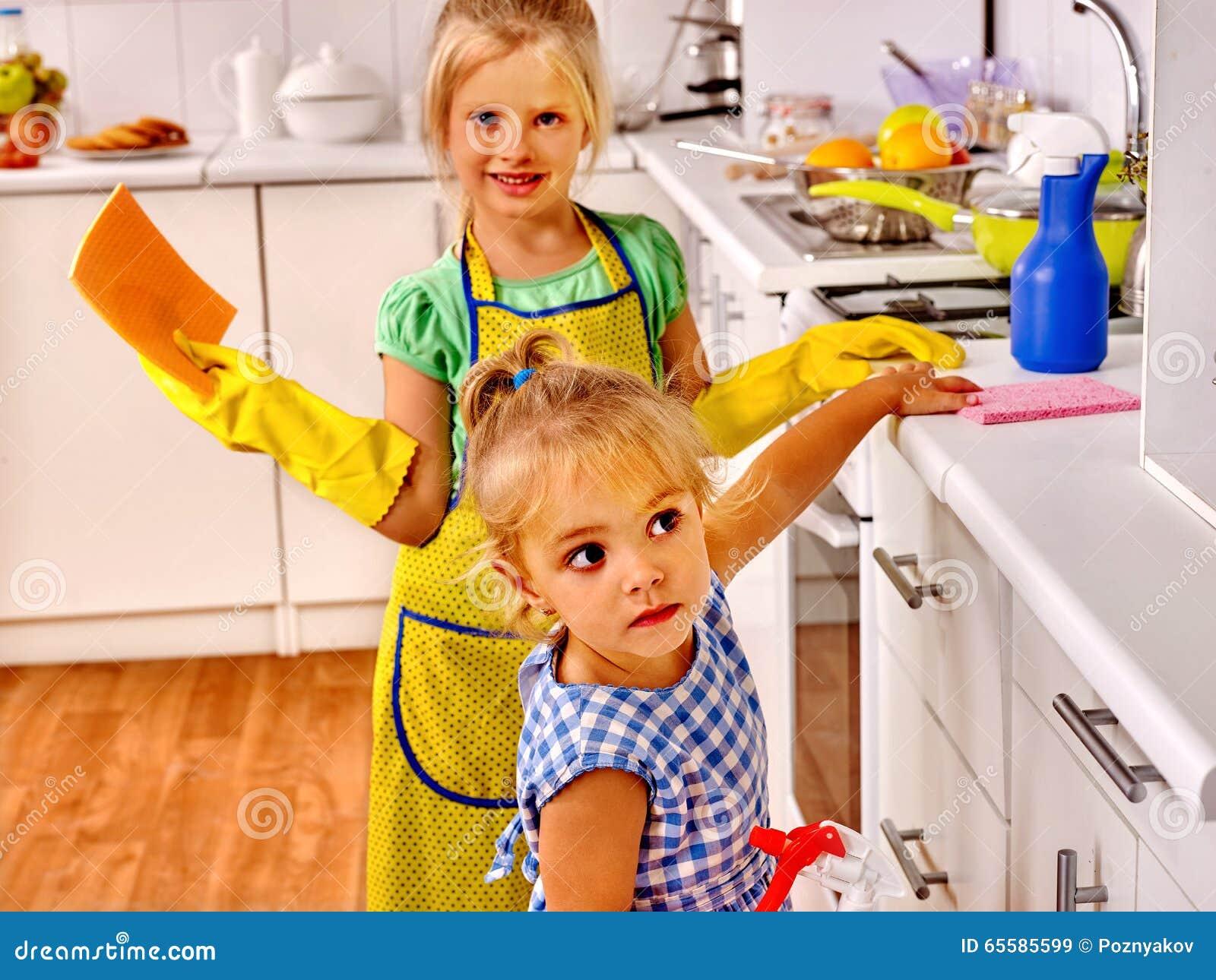 Dzieci myje przy kuchnią