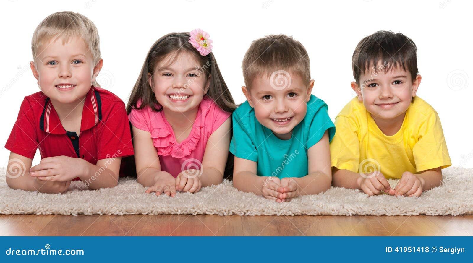 Dzieci na białym dywanie