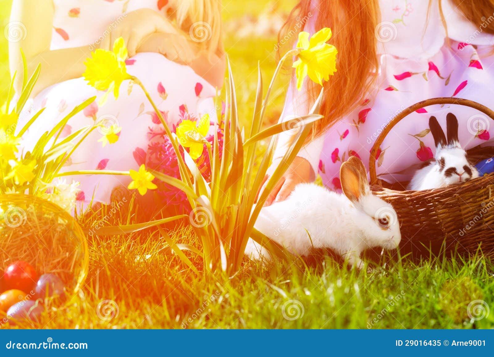 Dzieci na Wielkanocnego jajka polowaniu z królikiem