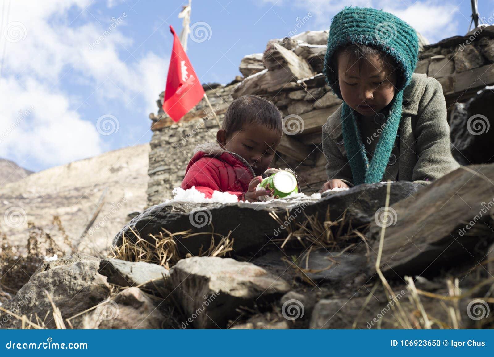 Dzieci Nepal utrzymanie w himalajach, Manang wioska, Nepal, Listopad 2017, artykuł wstępny