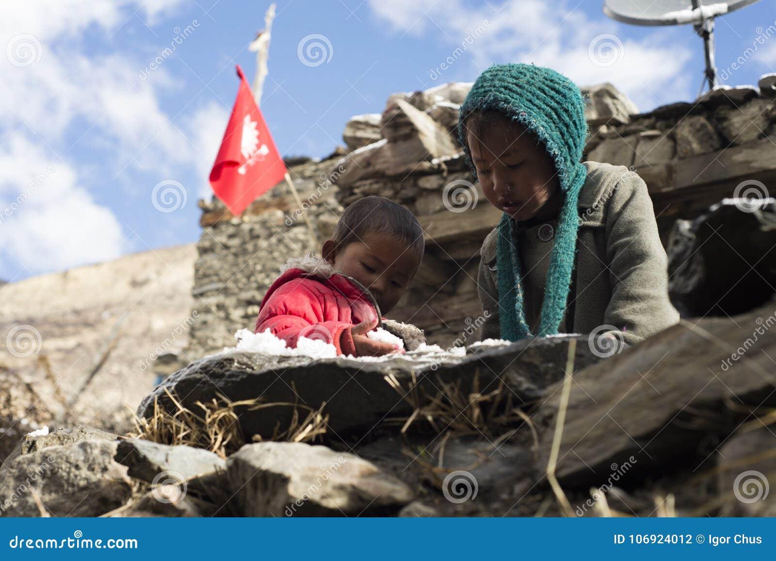 Dzieci Nepal utrzymanie w himalajach, Manang wioska, Nepal Listopad 2017, artykuł wstępny