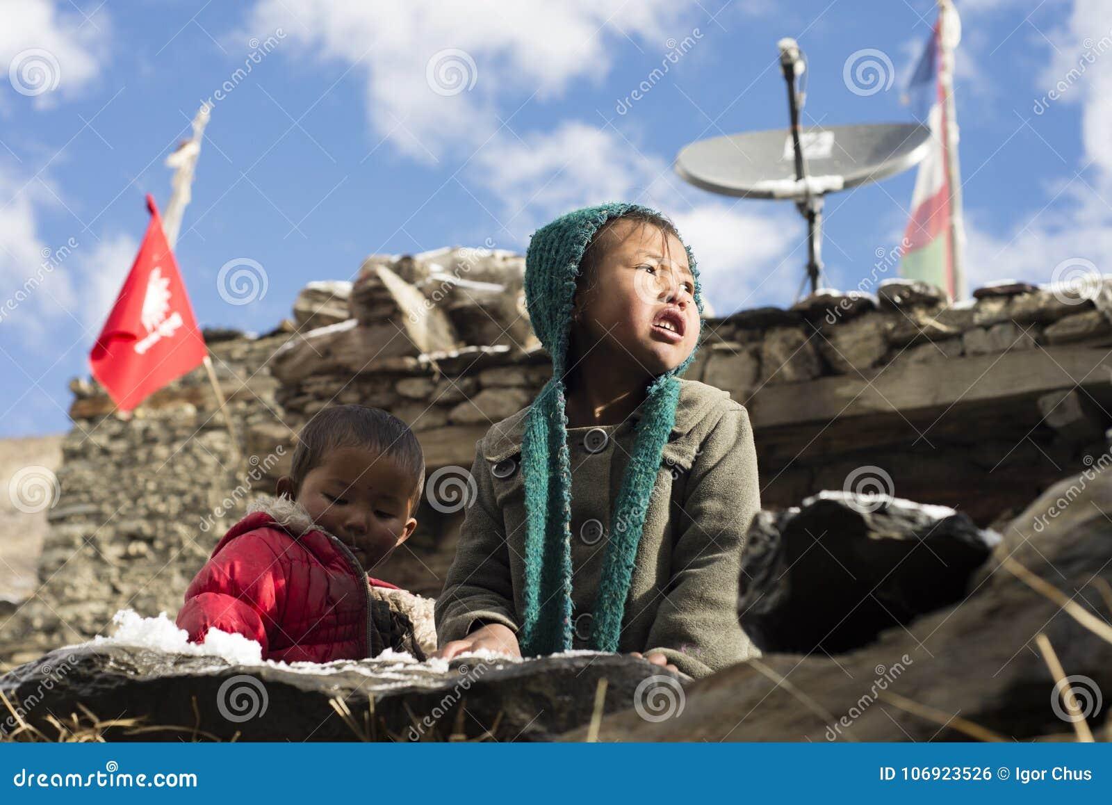 Dzieci Nepal utrzymanie w himalajach, Manang wioska, Nepal, Listopadu 2017 artykuł wstępny