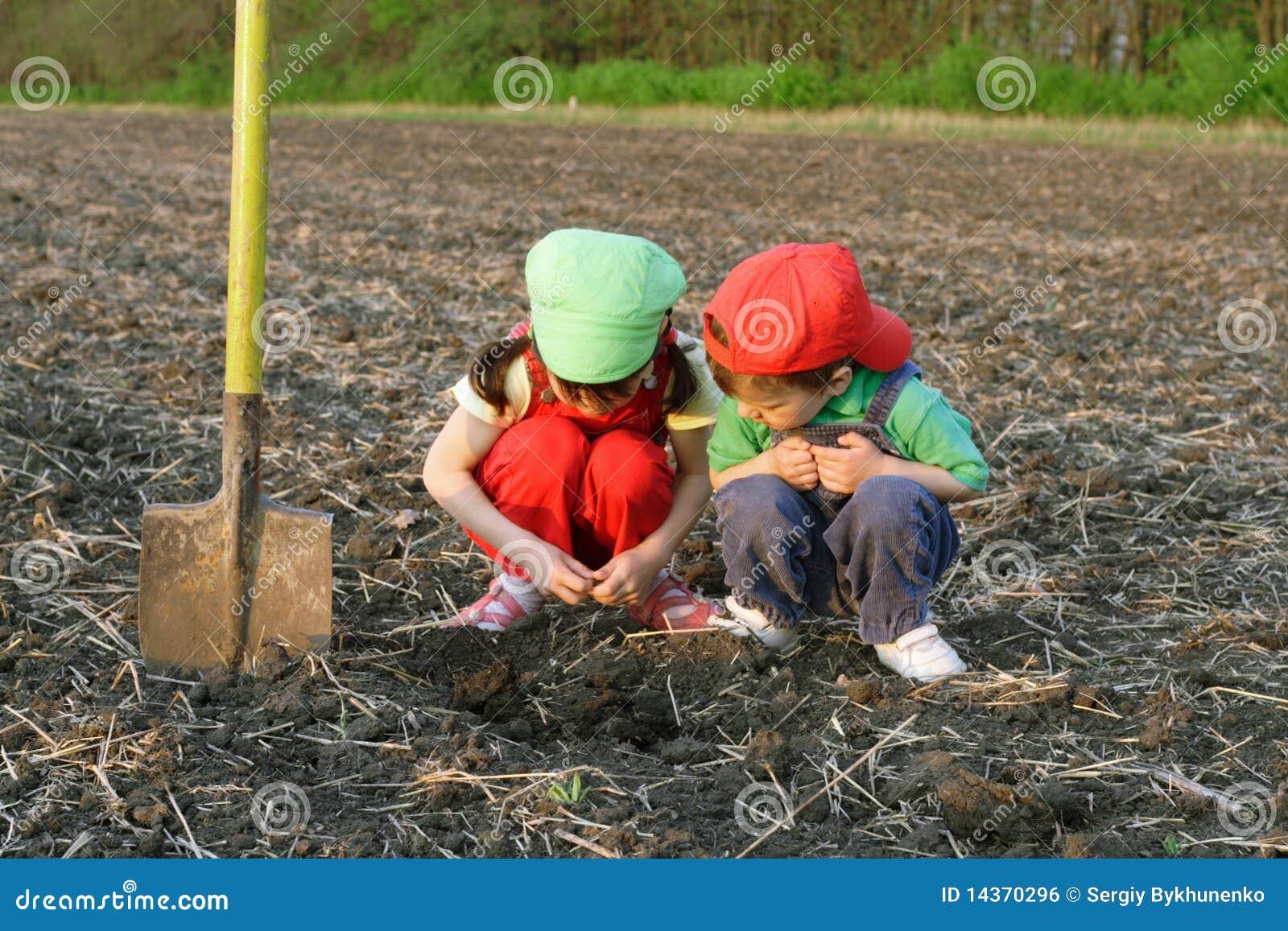 Dzieci odpowiadają małą łopatę