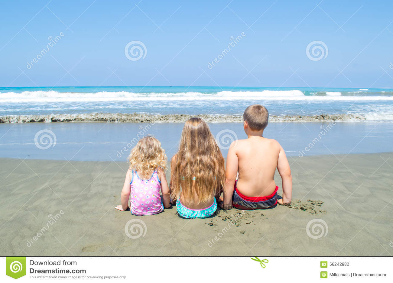 Dzieci patrzeje morze