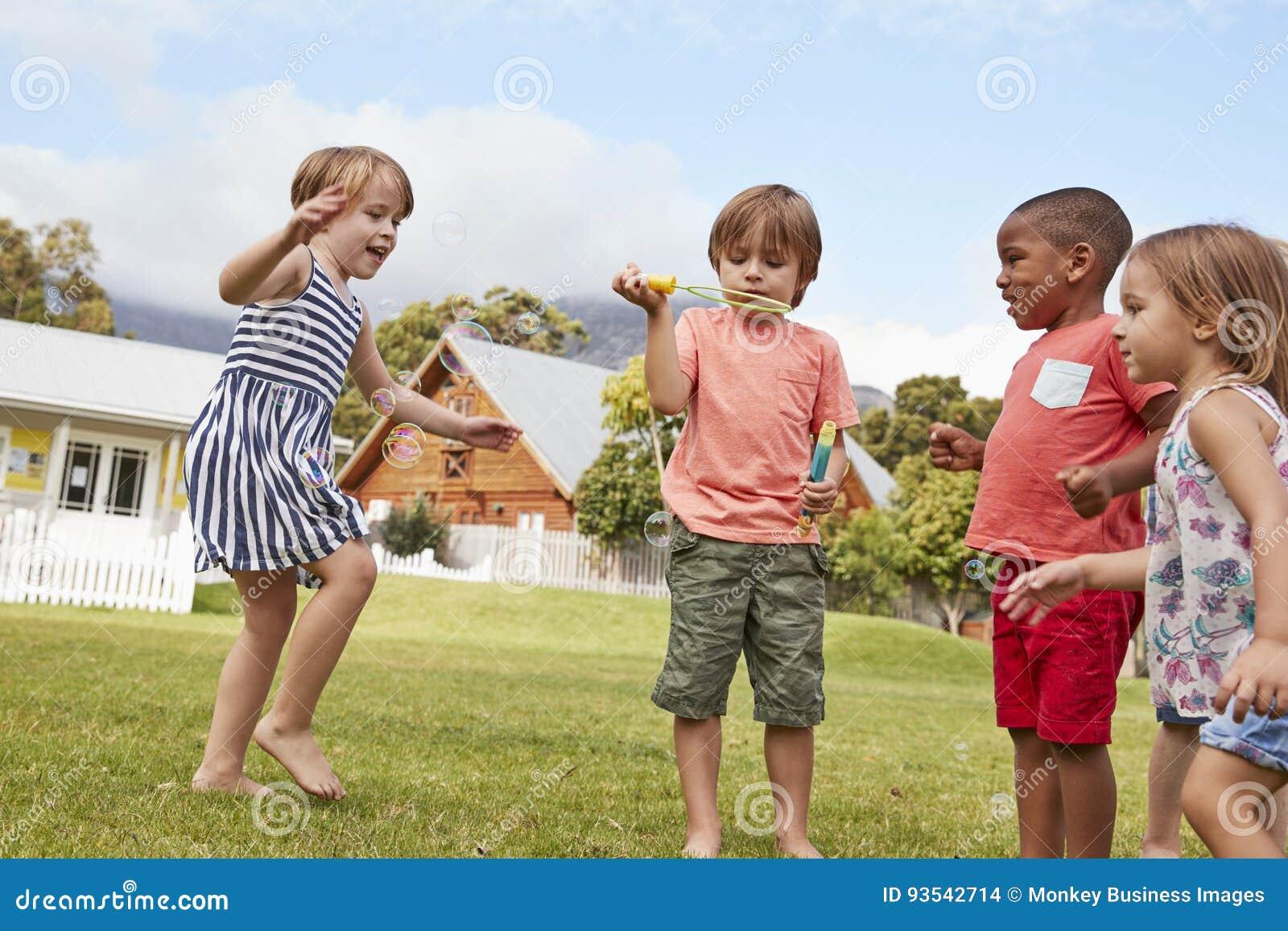 Dzieci Przy Montessori szkołą Bawić się Z bąblami Podczas przerwy
