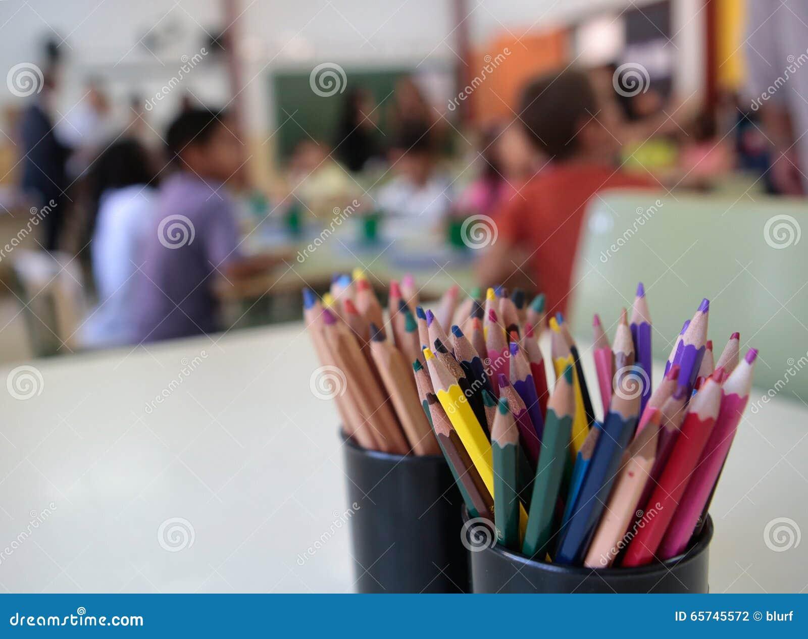 Dzieci przy szkoły zamazanym tłem
