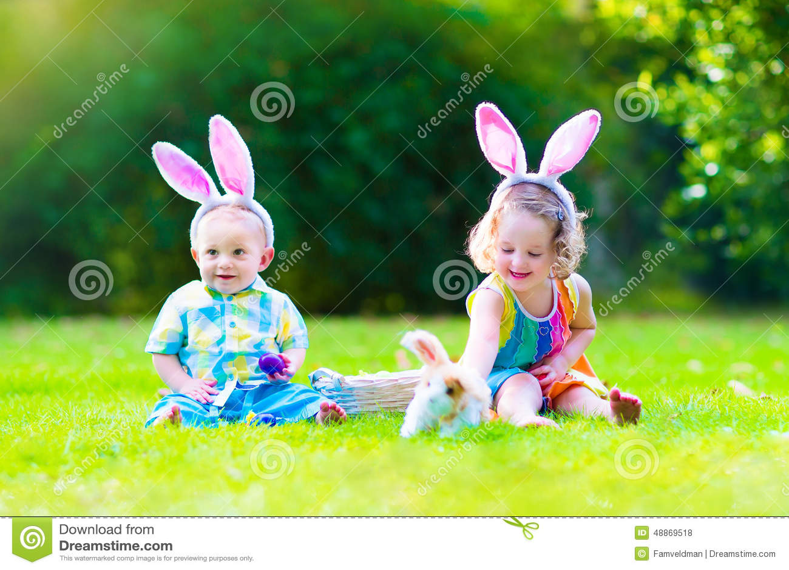 Dzieci przy Wielkanocnego jajka polowaniem