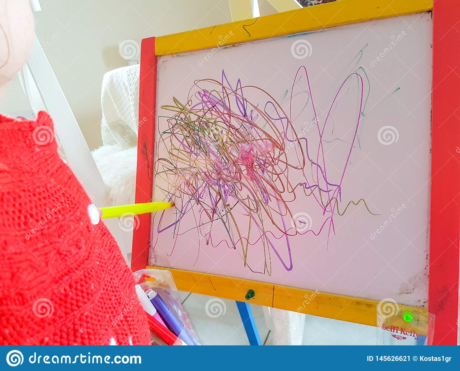 Dzieci s linii preschool rysunkowy abstrakcjonistyczny wiek