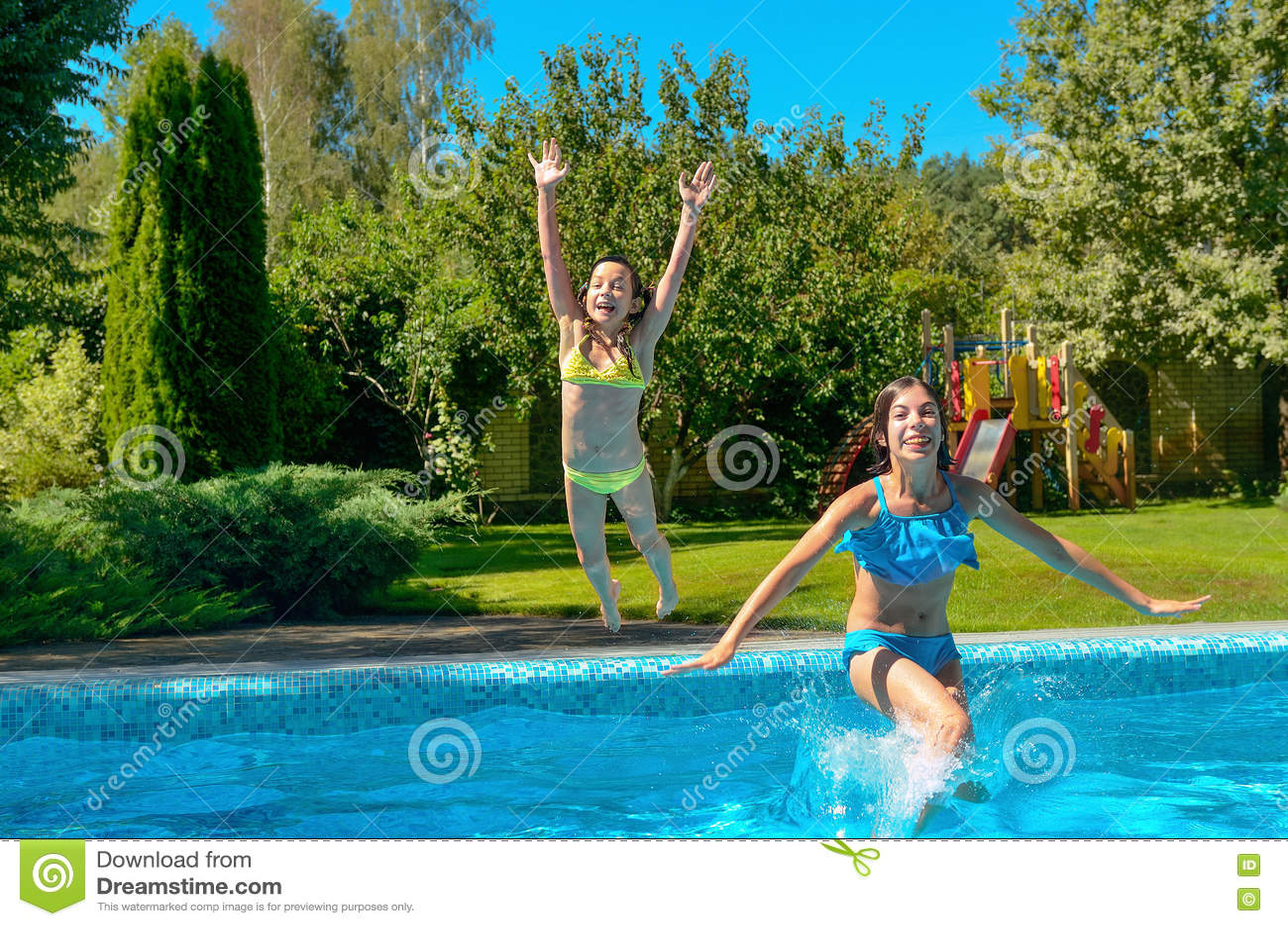 Dzieci skaczą pływackiego basenu woda i zabawę, dzieciaki na rodzinnym wakacje