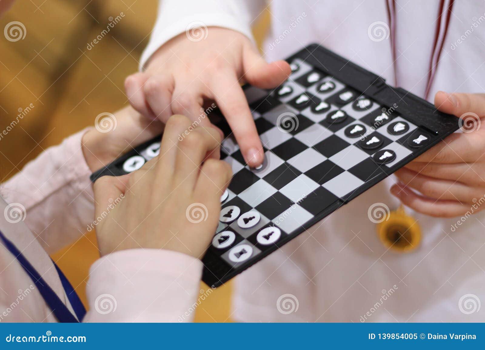 Dzieci szachów grać Sztuka, i uczy się zabawę z najnowocześniejszą szachową grze zespół razem Rzuca wyzwanie przyjaciela Uczy się