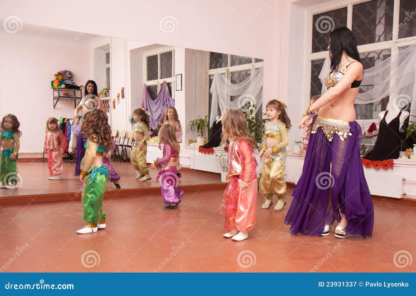 Dzieci tana orientalny nauczyciel uczy