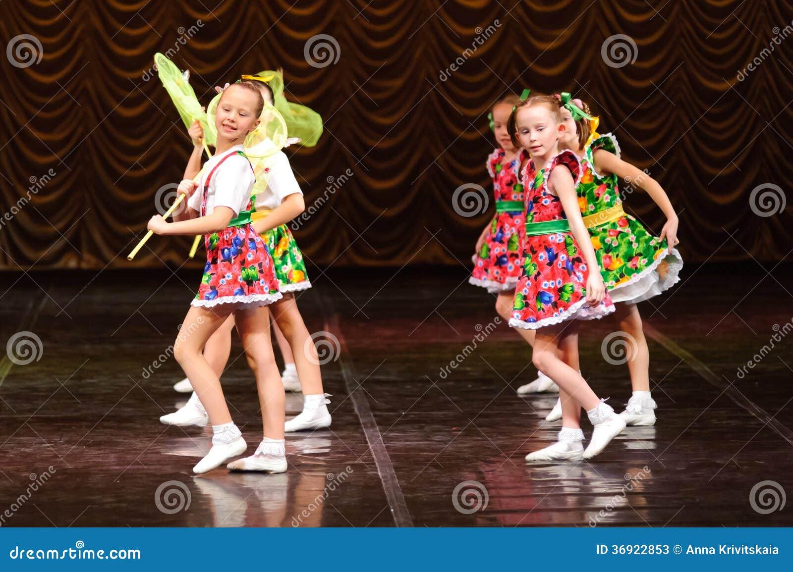 Dzieci tanczy na scenie