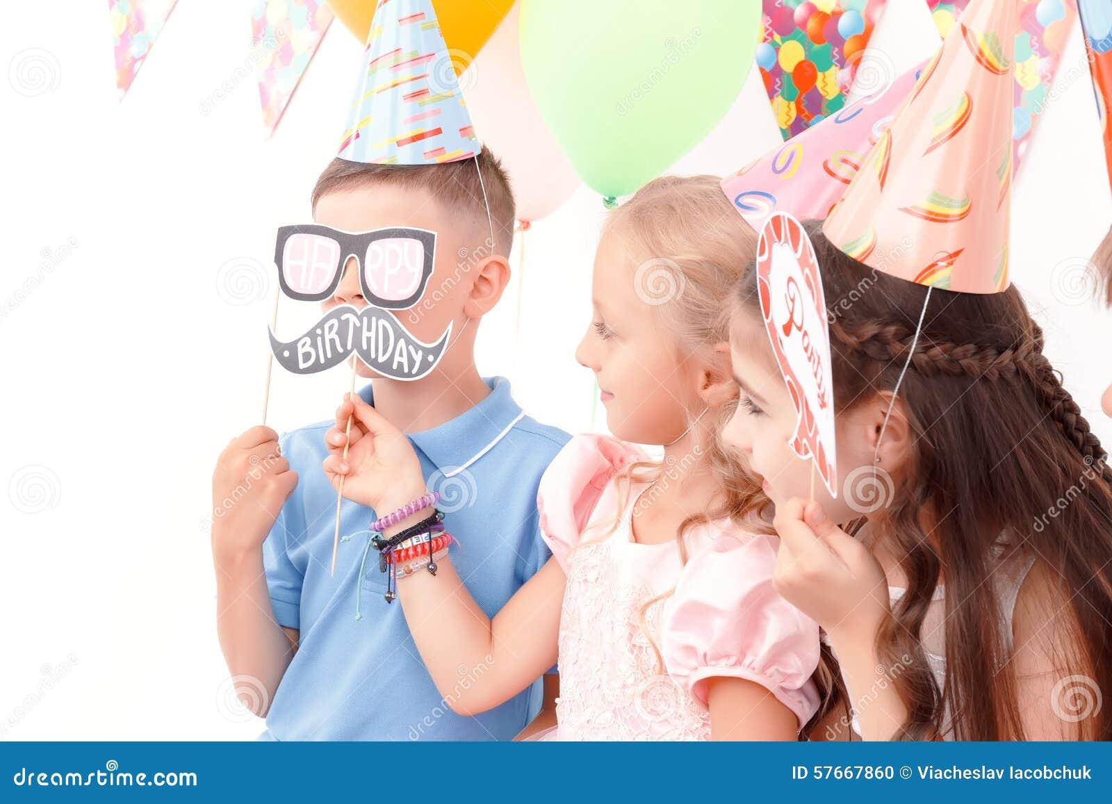 Dzieci trzyma małe urodziny etykietki
