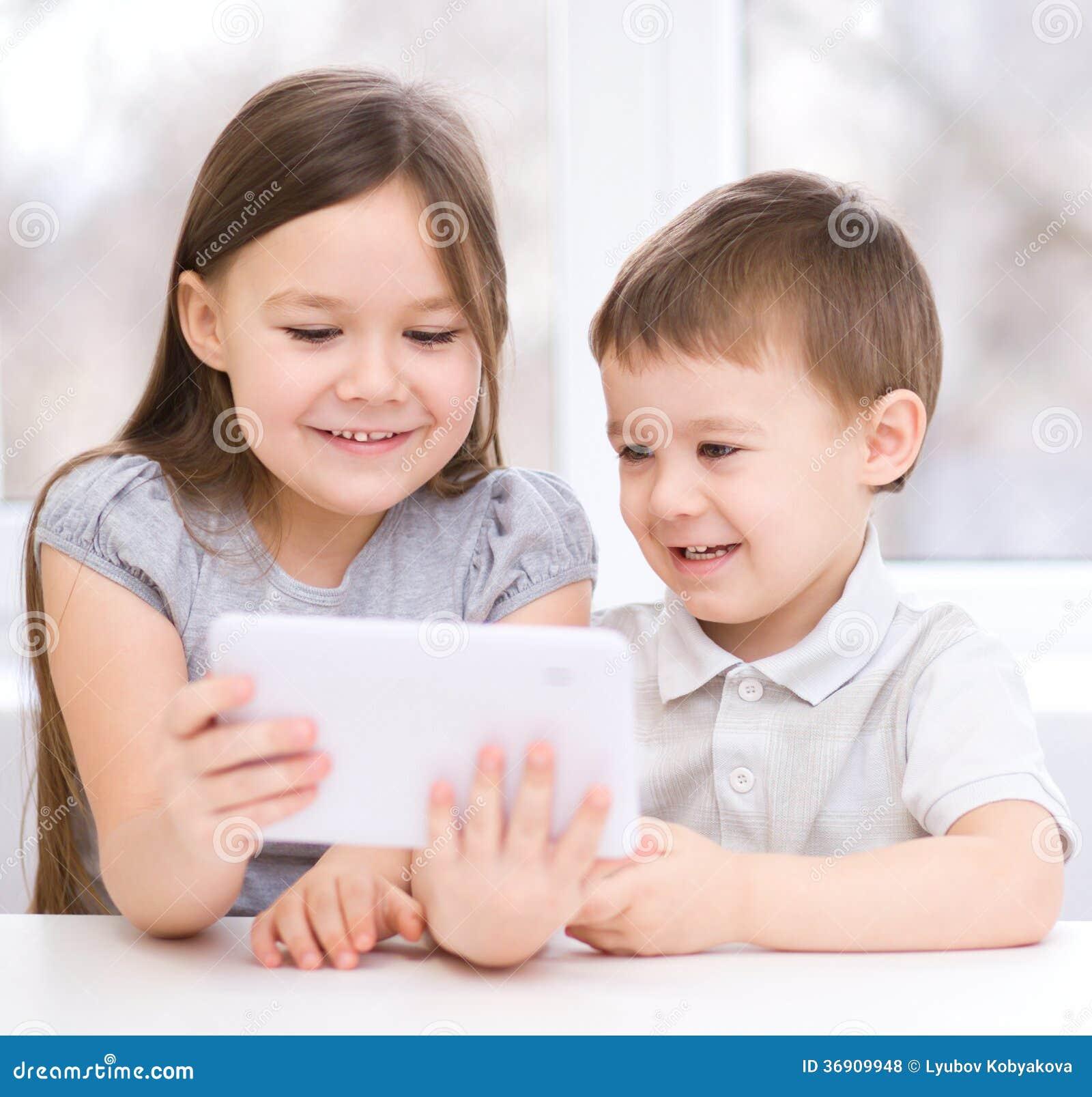 Dzieci używa pastylka komputer