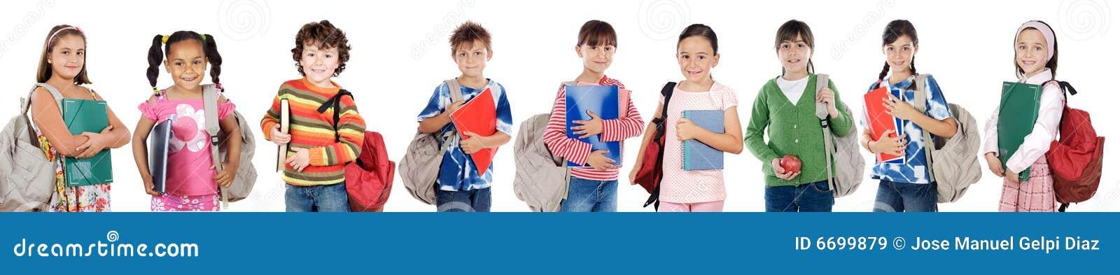 Dzieci ucznie szkolni oddawanie ucznie