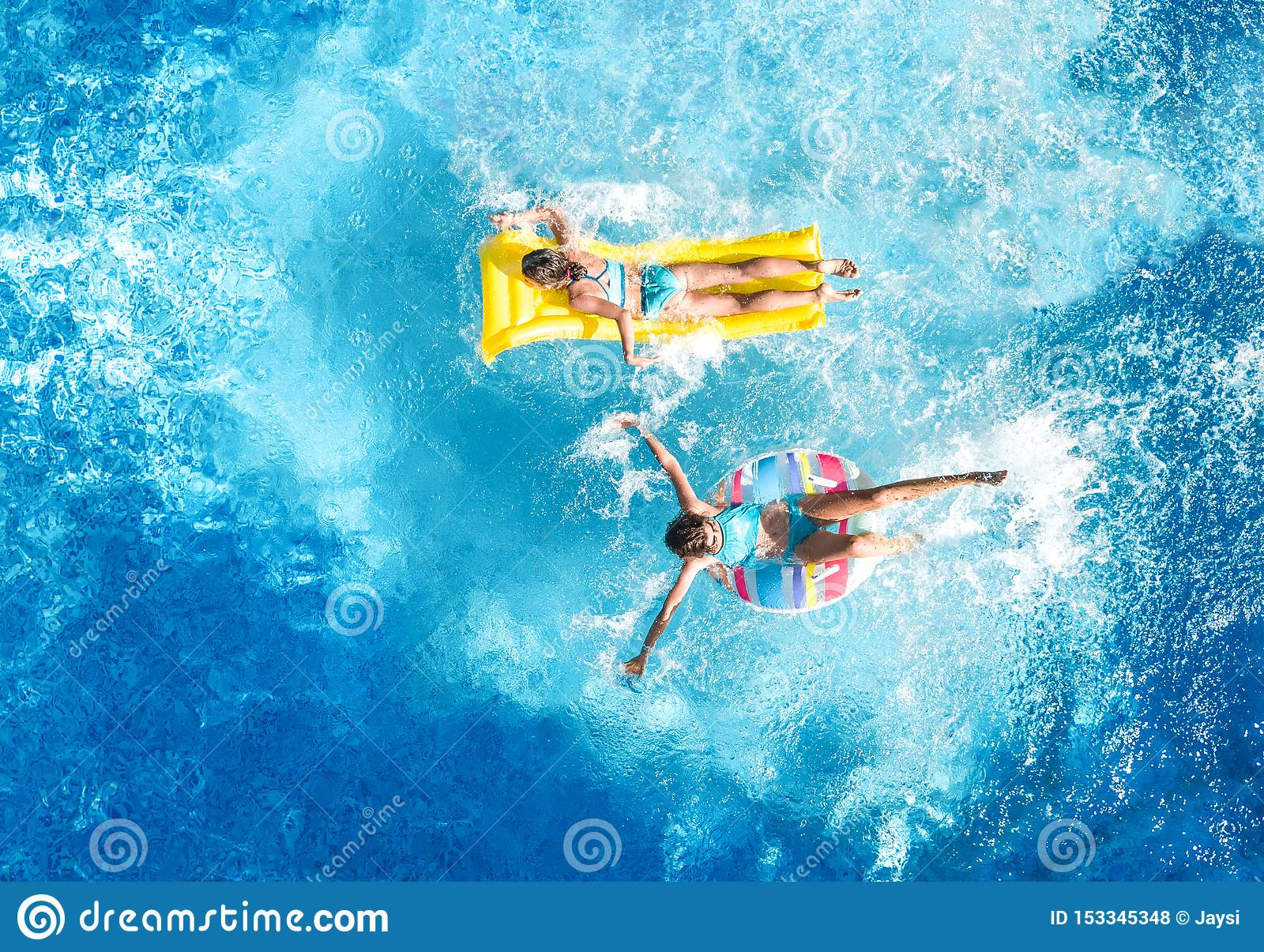 Dzieci w basenu trutnia widoku powietrznym fom nad, szczęśliwi dzieciaki pływają na nadmuchiwanym ringowym pączku i materac