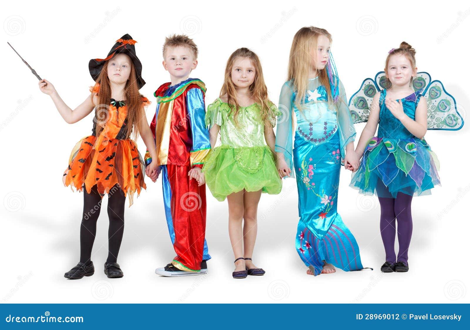 Dzieci w karnawałowym kostiumu stojaku