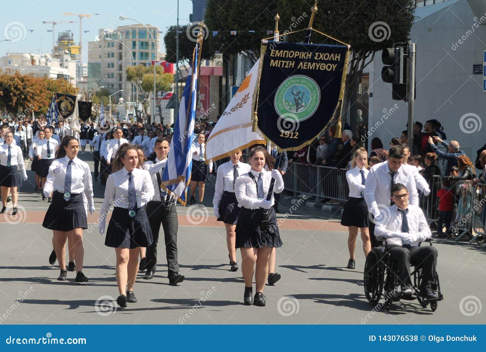 Dzieci w wieku szkolnym bierze udział w paradzie